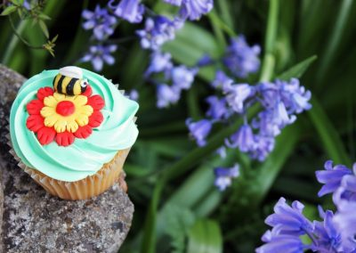 summer-bee-cupcake